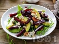 Рецепта Салата с рукола, печено цвекло, авокадо, синьо сирене и орехи